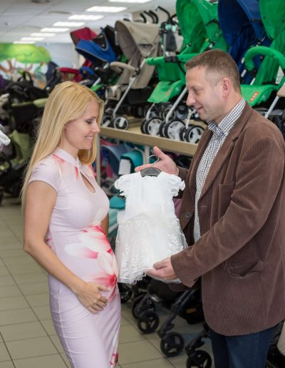 Görgényi Gabi és párja, Verbőczi Attila a Trimexbaby baba ruhájával